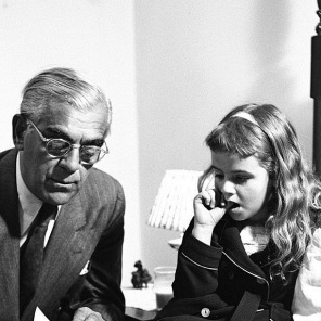 karloff-visitingapatientatTheChildrensHospitalBrooklyn19488